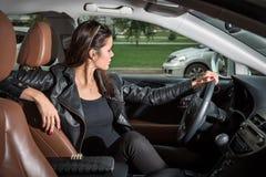 Brunette που οδηγεί ένα αυτοκίνητο Στοκ εικόνα με δικαίωμα ελεύθερης χρήσης