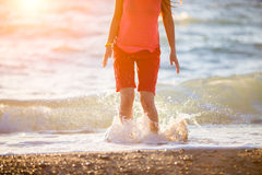 Brunette που πηδά στο θαλάσσιο νερό Στοκ Εικόνα