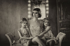 Brunette πολυτέλειας και δύο κοριτσάκια στο αναδρομικό ύφος Στοκ φωτογραφίες με δικαίωμα ελεύθερης χρήσης