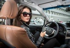 Brunette σε ένα αυτοκίνητο Στοκ φωτογραφία με δικαίωμα ελεύθερης χρήσης