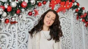 brunette σε ένα κοστούμι ελαφιών Κέρατα ελαφιών καρναβαλιού, Χριστούγεννα καρναβάλι, αστείο Χριστουγέννων απόθεμα βίντεο