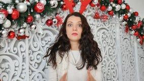 brunette σε ένα κοστούμι ελαφιών Κέρατα ελαφιών καρναβαλιού, Χριστούγεννα καρναβάλι, αστείο Χριστουγέννων φιλμ μικρού μήκους