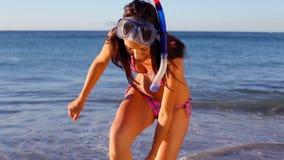 Brunette χαμόγελου που φορά τα κολυμπώντας πτερύγια απόθεμα βίντεο