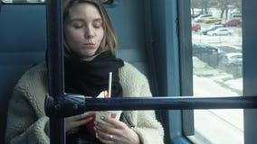 Οι νέοι γύροι γυναικών brunette στις δημόσιες συγκοινωνίες, χρησιμοποιούν το τηλέφωνο με τα ακουστικά απόθεμα βίντεο
