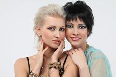 όμορφο ξανθό brunette δύο γυναίκα Στοκ φωτογραφία με δικαίωμα ελεύθερης χρήσης
