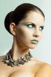 Προκλητικό brunette με τα κοσμήματα και τα μεγάλα μάτια Στοκ Φωτογραφίες