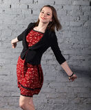 Νέο χαριτωμένο κορίτσι εφήβων brunette στο κόκκινο φόρεμα Στοκ εικόνα με δικαίωμα ελεύθερης χρήσης