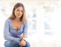 Ευτυχής γυναίκα που χαλαρώνει στο σπίτι Στοκ φωτογραφία με δικαίωμα ελεύθερης χρήσης