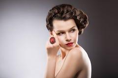 Brunette με το κόσμημα - ροδοκόκκινο ωοειδές δαχτυλίδι Στοκ εικόνα με δικαίωμα ελεύθερης χρήσης