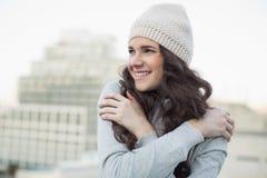 Χαμόγελο αρκετά νέου να τρέμει brunette Στοκ φωτογραφία με δικαίωμα ελεύθερης χρήσης