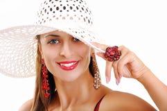 Όμορφο κορίτσι Brunette με το καπέλο και τα μπλε μάτια. Πρότυπες ΓΠ μόδας Στοκ Εικόνα