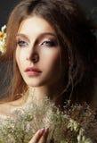 Φθινόπωρο. Σκεπτικό ρομαντικό Brunette με το φυλλώδες μαραμένο ερμπάριο Στοκ Φωτογραφίες