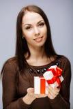 Πανέμορφο brunette με το παρόν Στοκ Φωτογραφίες