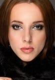 Κλείστε επάνω το πορτρέτο προσώπου ενός γαλήνιου brunette Στοκ Εικόνες