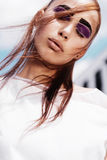 Πορτρέτο ενός όμορφου κοριτσιού brunette με τα εσωκλειόμενα μάτια στο υπόβαθρο ουρανού, έννοια ομορφιάς στοκ φωτογραφία με δικαίωμα ελεύθερης χρήσης
