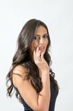 Αισθησιακό ελκυστικό μαυρισμένο brunette σχετικά με τα χείλια που εξετάζουν τη κάμερα Στοκ εικόνα με δικαίωμα ελεύθερης χρήσης