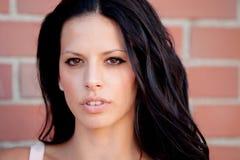 Όμορφη γυναίκα Brunette που εξετάζει τη κάμερα Στοκ εικόνα με δικαίωμα ελεύθερης χρήσης