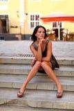 Brunette adorable con las piernas sexuales en Riga vieja Fotos de archivo libres de regalías