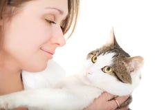 Brunette agradable con un gato Fotografía de archivo libre de regalías