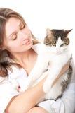 Brunette agradable con un gato Imagen de archivo