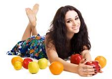 Brunette alegre con las frutas frescas Foto de archivo libre de regalías