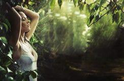 Brunette atractivo adorable en una selva tropical Imágenes de archivo libres de regalías