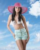 Brunette atractivo con cortocircuitos y el sombrero Imagen de archivo libre de regalías