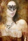 Brunette atractivo con la máscara veneciana, la fantasía y el concepto romántico Imágenes de archivo libres de regalías