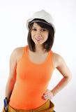 Brunette atractivo en casco y camisetas sin mangas anaranjadas Imágenes de archivo libres de regalías
