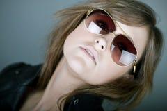 Brunette atractivo en gafas de sol del aviador Imagenes de archivo