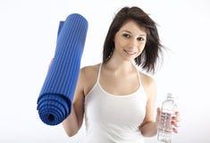 Brunette atractivo en su manera al gimnasio Imagen de archivo libre de regalías