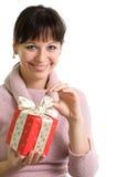 Brunette attirant avec le cadeau de Noël rouge Photographie stock libre de droits