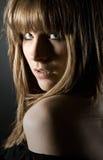 Brunette attirant regardant au-dessus de son épaule Images stock