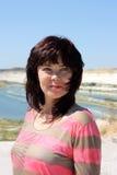 Brunette auf dem Hintergrund des Kreidesteinbruchs Stockfotografie