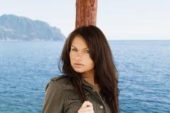 Brunette auf dem Meer Stockfoto