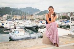 Brunette auf dem Pier Lizenzfreie Stockfotografie