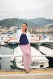 Brunette auf dem Pier Stockfotos