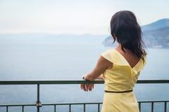 Brunette auf dem Pier Stockfoto