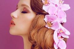 Brunette auf einem rosa Hintergrund Mädchen mit Berufsmake-up und Frisur Anredendes Haar, Dampfsalon Sch?nheits-Saal lizenzfreies stockbild
