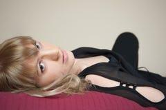 Brunette auf einem Schlechten stockfoto
