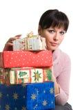 Brunette avec des cadeaux de Noël Photographie stock