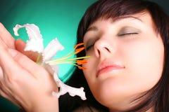 Brunette avec des fleurs de lis blanc images stock