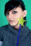 Brunette avec la baguette magique magique. Images stock