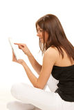 Brunette avec la garniture de contact de tablette dans des mains Image libre de droits