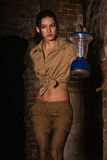 Brunette avec un trésor de recherche de lanterne photographie stock libre de droits