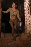 Brunette avec un trésor de recherche de lanterne Photos libres de droits