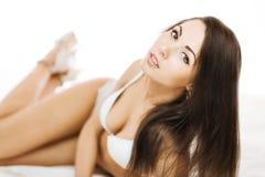 Brunette in bed Royalty-vrije Stock Afbeelding