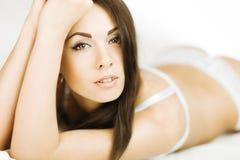 Brunette in bed Royalty-vrije Stock Foto
