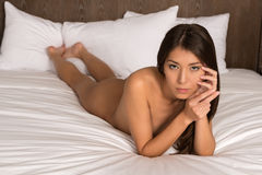 Brunette in bed Royalty-vrije Stock Afbeelding