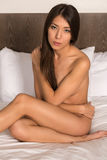 Brunette in bed Stock Afbeeldingen
